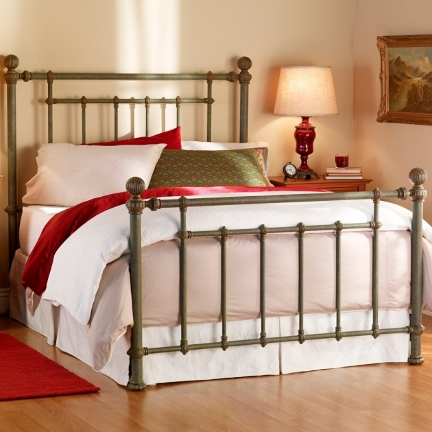 Rustic metal bed frames bedroom black wrought iron bed for Wrought iron bedroom furniture